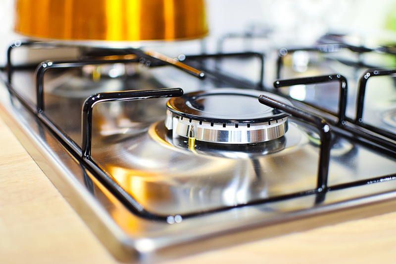 Come lucidare l'acciaio a specchio: piano cottura, cappa cucina e lavello super brillanti