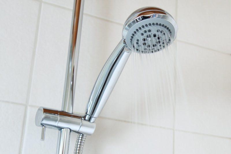 Come pulire la doccia in vetro senza fatica: ecco 3 semplici step