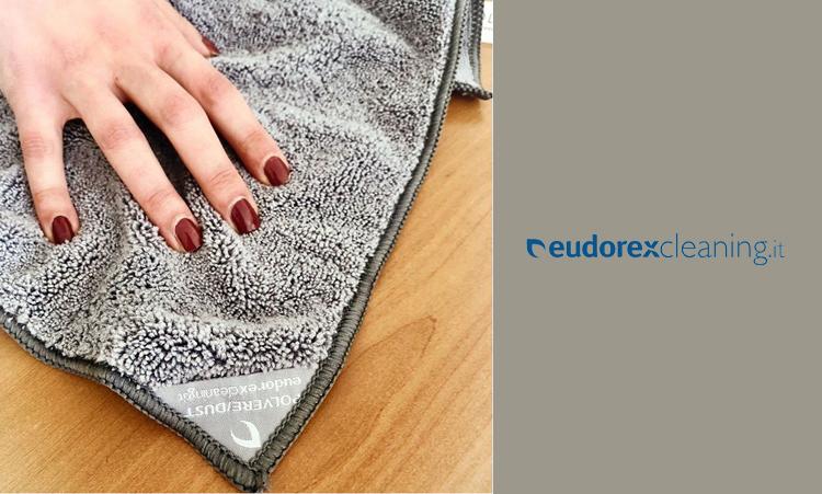 Come togliere la polvere in casa: dal pavimento e dai mobili