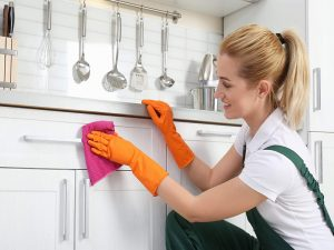 come pulire la cucina in legno