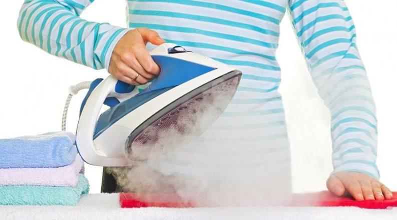 Come pulire il ferro da stiro a vapore, a caldaia o bruciato sotto